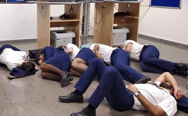 Экипаж Ryanair спит на полу