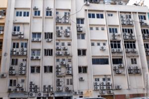 Многоэтажный дом с кондиционерами на фасаде